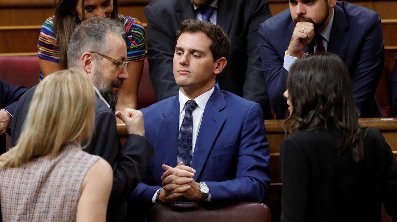 Pedro Sánchez, junto a Juan Carlos Girauta en el Congreso de los Diputados.