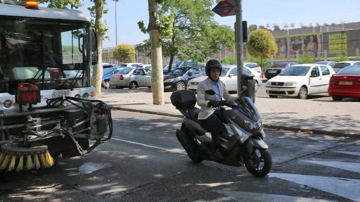 José Luis Martínez-Almeida, conduciendo su moto por Madrid.