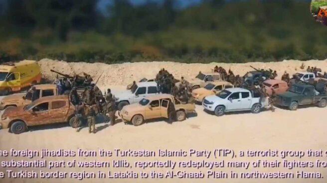 Una ambulancia de la Generalitat (a la izquierda), aparece en un vídeo propagandístico de yihadistas en Siria.