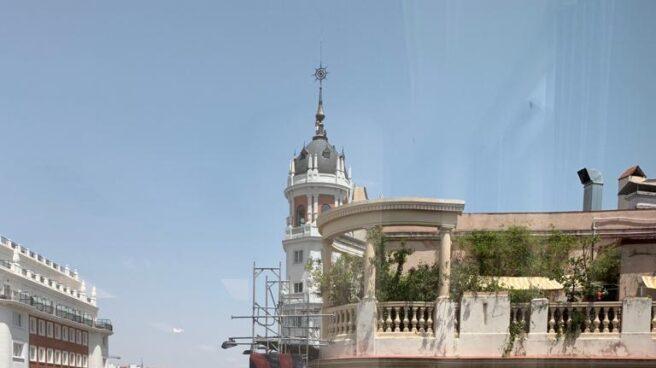 Un hombre amenaza con lanzarse al vacío desde la azotea de un hotel en Plaza España (Madrid).