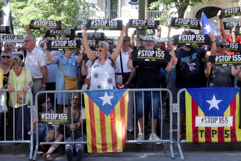 Manifestantes de la ANC protestan ante la sede de la Diputación de Barcelona, que se constituye este jueves.