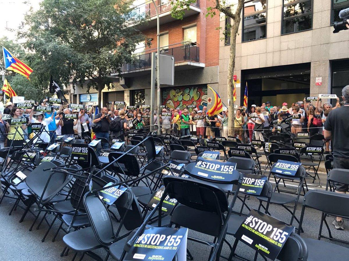 La ANC ha colocado 155 silas vacías ante la sede de ERC en la calle Calabria de Barcelona.