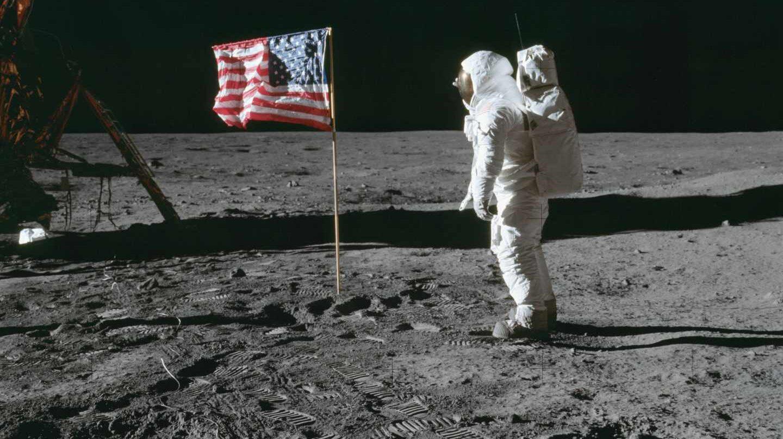 Aldrin posa delante de la bandera estadounidense el 20 de julio de 1969 | NASA