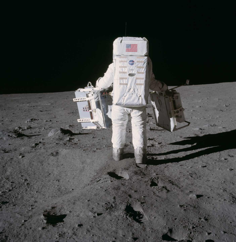 Aldrin camina por la superficie lunar en 1969 con dos componentes | NASA
