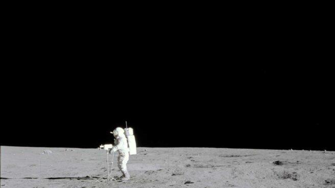 El astronauta Edgar D. Mitchell tomando unas panorámicas de la luna en la misión Apolo 14 en febrero de 1971   NASA