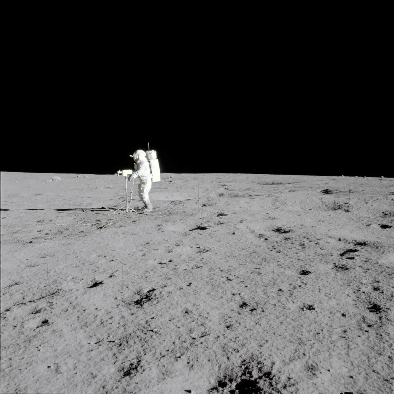 El astronauta Edgar D. Mitchell tomando unas panorámicas de la luna en la misión Apolo 14 en febrero de 1971 | NASA