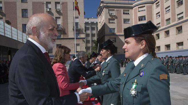 El director general de la Guardia Civil, Félix Azón, condecora a una sargento del Cuerpo.