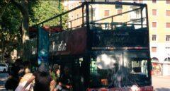 Autobús atacado con pintura blanca por el grupo juvenil 'Batzac', en Barcelona.