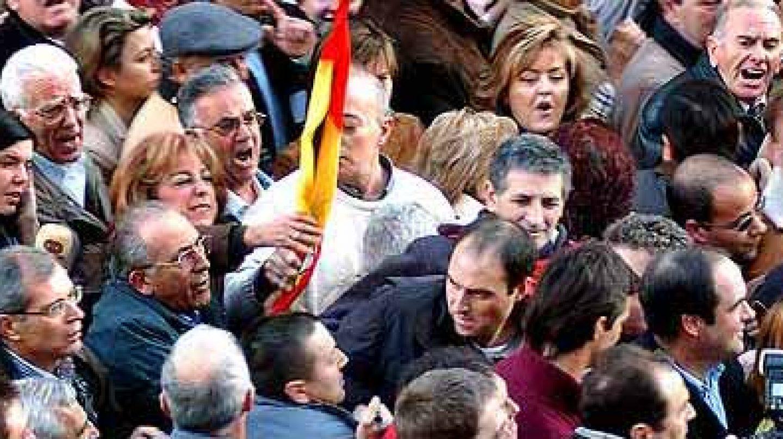José Bono, en la manifestación de la AVT de 2005 que se vio obligado a abandonar en contra de su voluntad por los insultos y zarandeos sufridos.