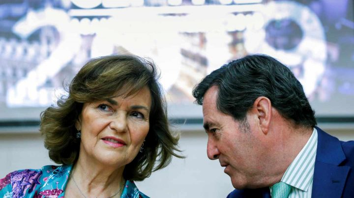 La vicepresidenta del Gobierno en funciones, Carmen Calvo, conversa con el presidente de CEOE, Antonio Garamendi.