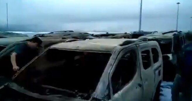 Coches calcinados tras el incendio en el Puerto de Vigo.