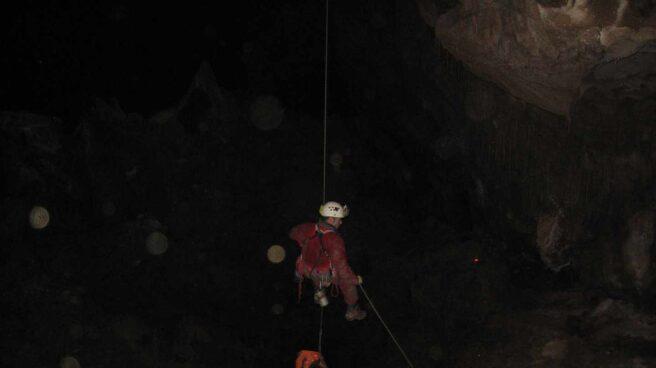 Un espeleólogo desciende en la cueva Cueto-Coventosa.