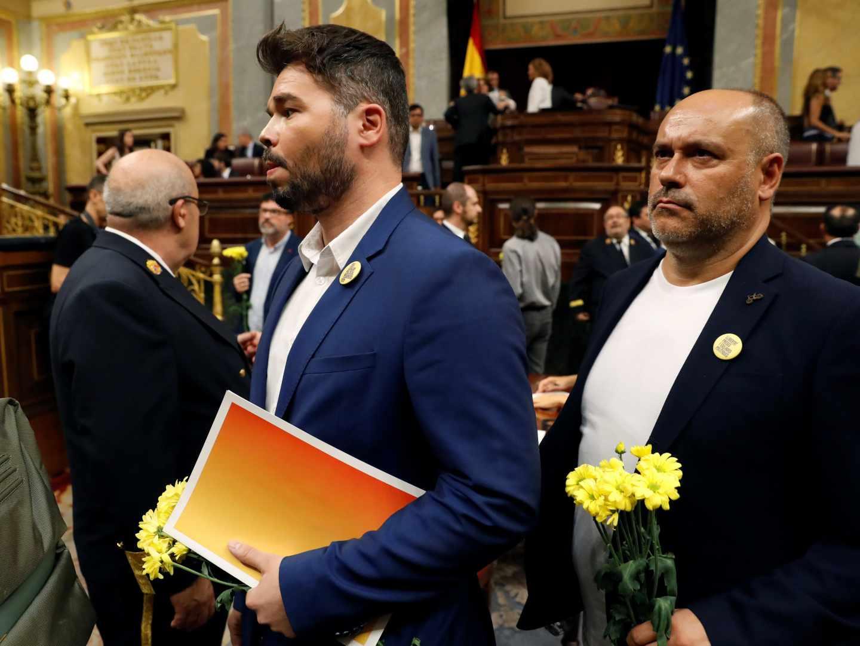 Los diputados de ERC, con Gabriel Rufián a la cabeza, han llegado al Congreso de los Diputados 'armados' de claveles amarillos.