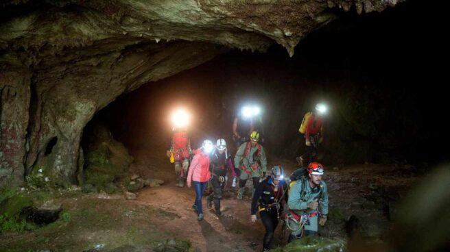 Las tres espeleólogas rescatadas salen por su propio pie de la cueva Cueto-Coventosa.