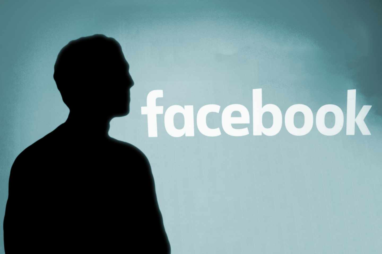 Silueta del fundador de Facebook, Marck Zuckerberg.