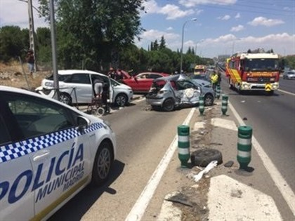 Policía Municipal de Madrid, bomberos del Ayuntamiento y efectivos del Samur-Protección Civil acuden a un accidente múltiple en el kilómetro 5 de la A-42