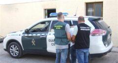 Los agentes trasladando a los detenidos