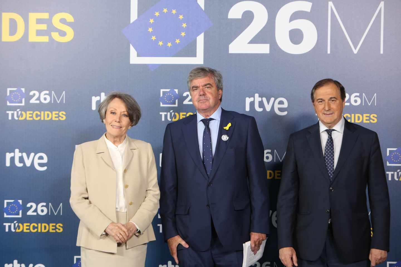 Gorka Knörr, en el centro, junto a Rosa María Mateo antes de un debate electoral en RTVE.