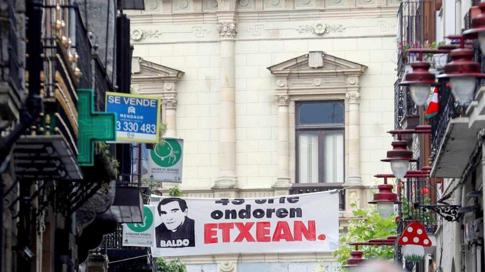 Un cartel da la bienvenida a Baldo en Hernani.