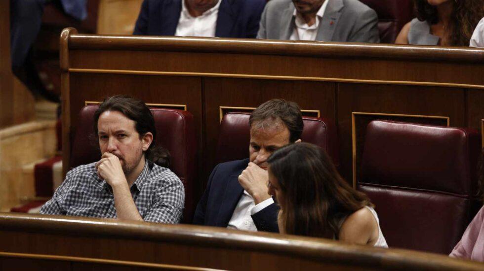 Iglesias sigue la sesión de investidura junto a Jaume Asens e Ione Belarra.