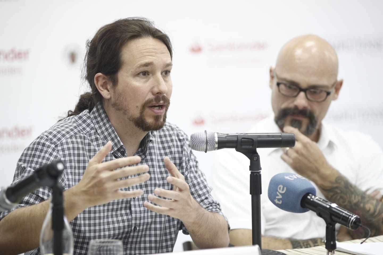Iglesias junto al diputado de Podemos Héctor Illueca en el arranque de los cursos de verano de la UCM.