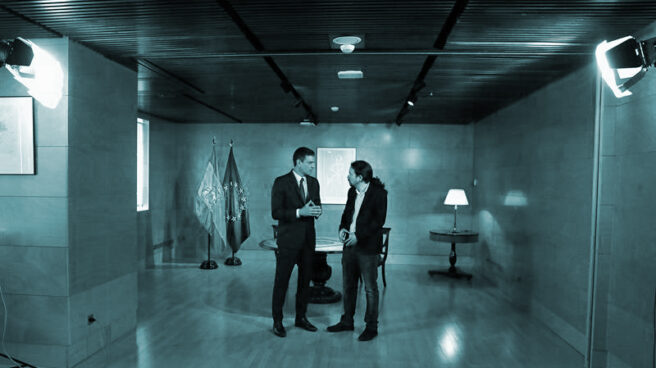 El presidente del gobierno Pedro Sánchez (i) y el líder de Podemos Pablo Iglesias