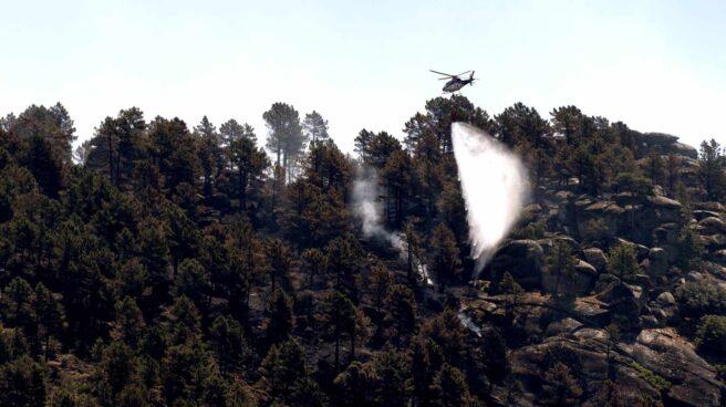 Un helicóptero trabaja sobre el incendio de El Arenal, declarado poco después que el de Gavilanes, en la provincia de Ávila.