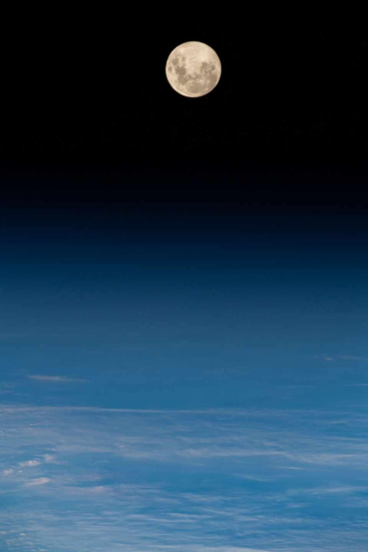 Fotografía de una luna llena sobre el Atlántico tomada desde la Estación Espacial Internacional en mayo de 2019 | NASA