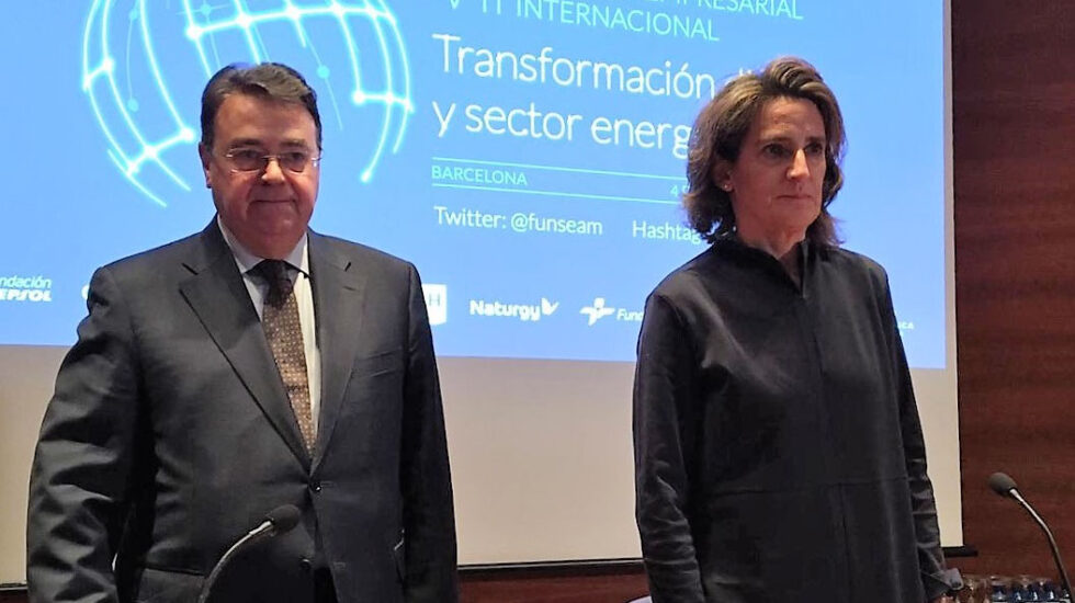 El presidente de Enagás, Antonio Llardén, y la ministra para la Transición Ecológica, Teresa Ribera.