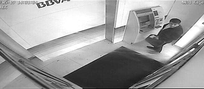 'Lupin', el ciberestafador ahora detenido, grabado por la cámara de una sucursal del BBVA.