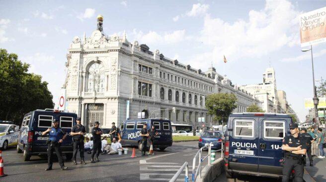 Policías tratan de desalojar a los manifestantes de Greenpeace en la entrada a la Gran Vía.