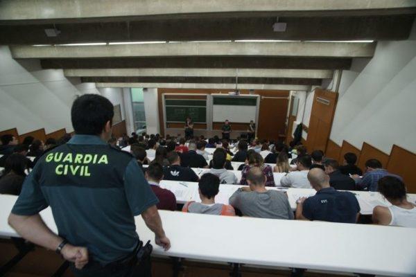 Un guardia civil, vigilando un examen en unas oposiciones del Cuerpo.