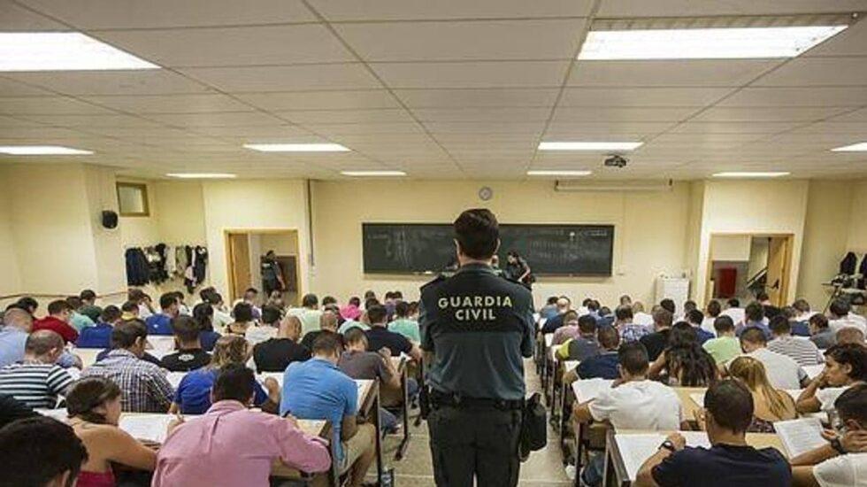 Un guardia civil vigila un examen para el ingreso en el Cuerpo.