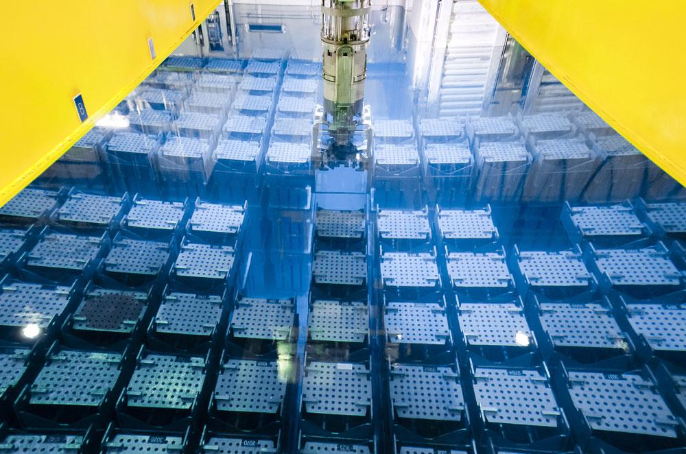 Piscina de almacenamiento de residuos nucleares en la planta Orano Cycle en La Hague (Francia).