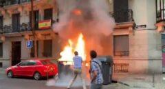Javier Ortega Smith trata de sofocar un incendio junto a la sede nacional de Vox en Madrid.
