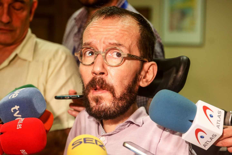 Pablo Echenique atienda a la prensa.