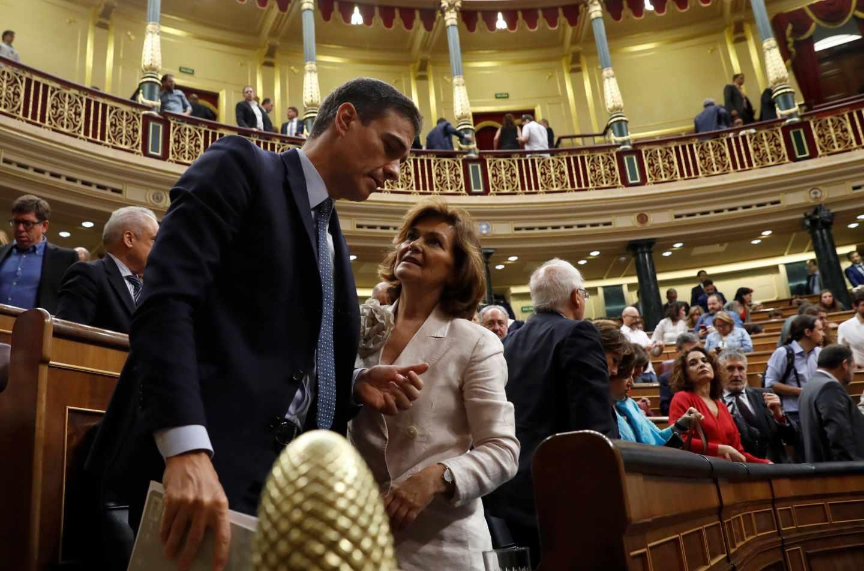 Pedro Sánchez conversa con Carmen Calvo, tras la primera votación.