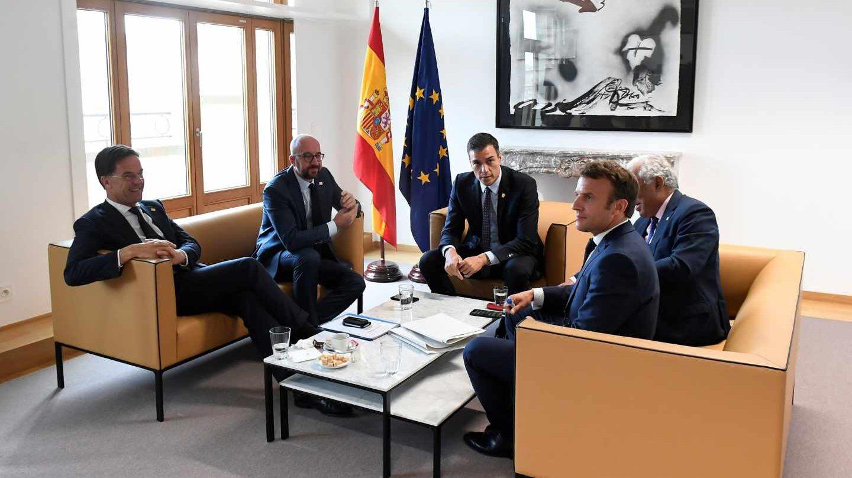 Pedro Sánchez reunido con Emmanuel Macron, Antonio Costa, Charles Michel y Mark Rutte.
