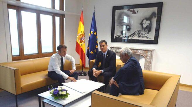 Pedro Sánchez, con Emmanuel Macron y el portugués Antonio Costa, este martes en Bruselas.