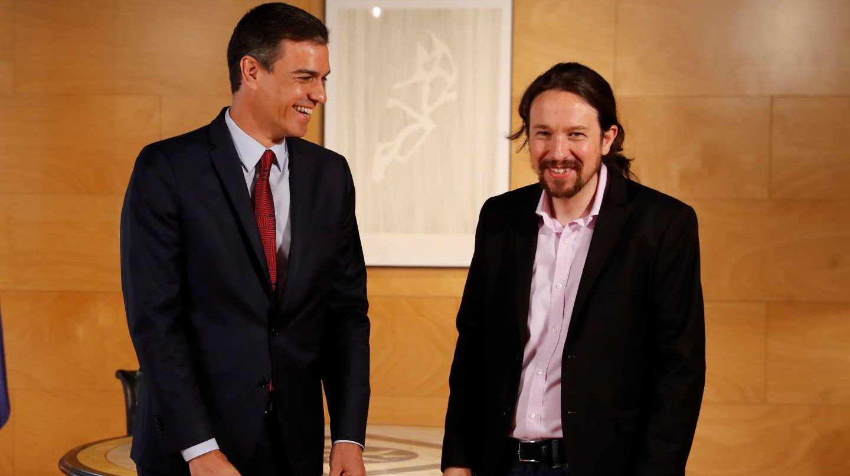 Pedro Sánchez y Pablo Iglesias se saludan este martes antes de su reunión en Moncloa.