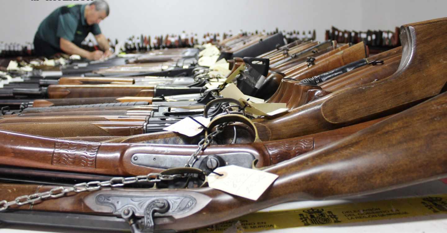 Decenas de armas de fuego expuestas en una subasta de la Guardia Civil.