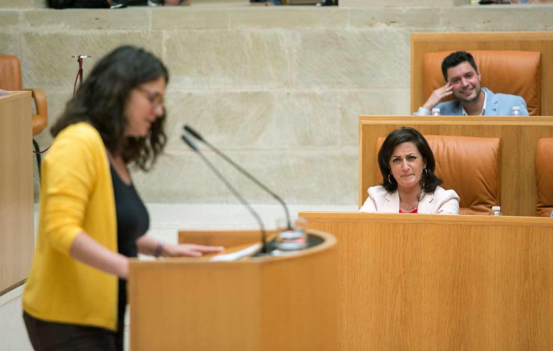 La diputada de Podemos en La Rioja, Raquel Romero, interviene ante la mirada de Concha Andreu, candidata del PSOE, durante la última investidura fallida.
