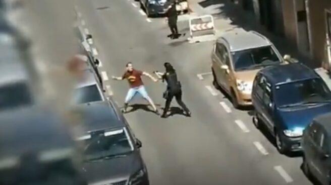 Una policía en prácticas esquiva el ataque de un hombre armado con un cuchillo en Carabanchel (Madrid).