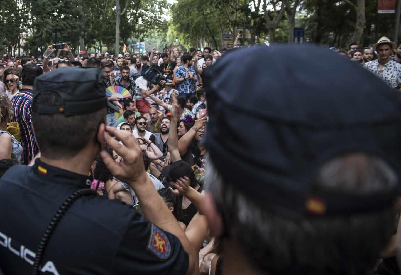 La Policía protege a los miembros de Ciudadanos durante la manifestación del Orgullo Gay de este sábado en Madrid.