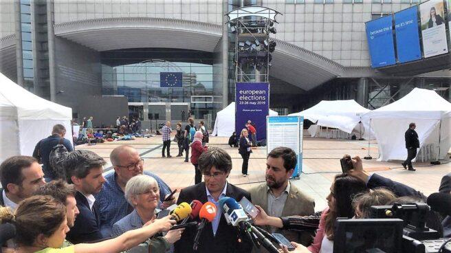 Carles Puigdemont atiende a los medios escoltado por Toni Comín.