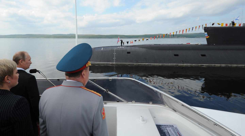 Vladimir Putin visita un submarino en la base militar naval de Severomorsk.