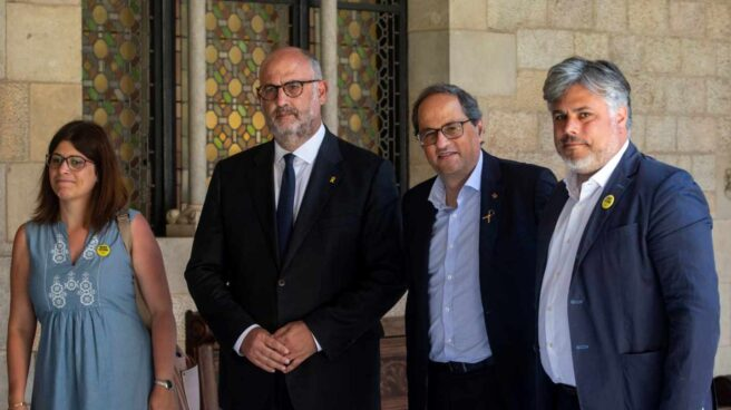 Quim Torra, junto a los líderes del grupo de Junts per Catalunya este jueves en el Parlament.