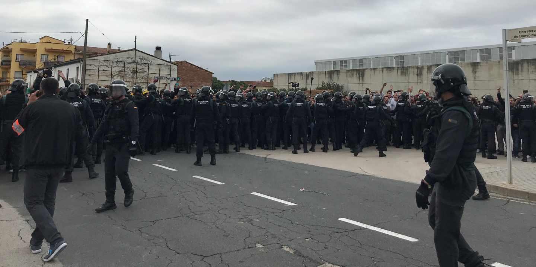 Guardias civiles, interviniendo en el polideportivo de Sant Julià de Ramis (Girona) el 1-O.