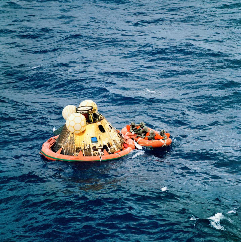 Los tres integrantes del Apolo 11 esperan en el módulo lunar tras amerizar en el Pacífico | NASA