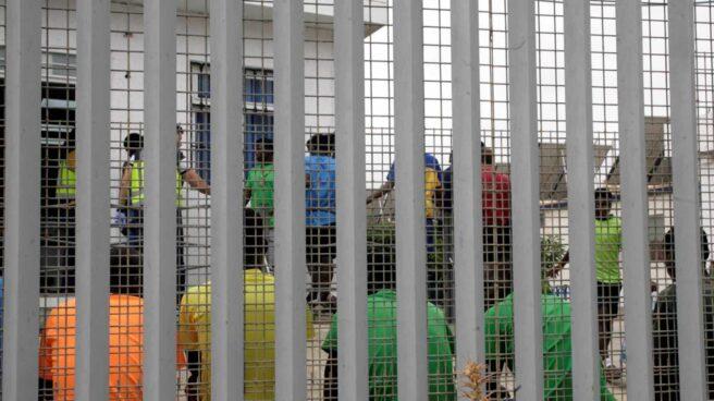 Inmigrantes subsaharianos tras el salto a la valla de Melilla.